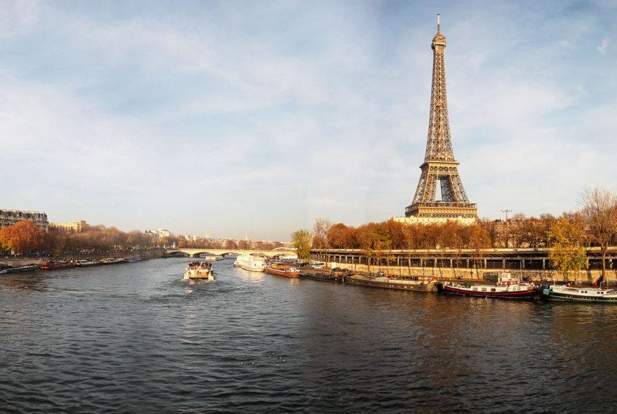 Jantar em um cruzeiro no Rio Sena em Paris